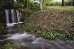 在国家边中间的一条小小河在哥伦比亚 免版税库存照片