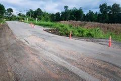在国家边的损坏的高速公路路在高山近 免版税图库摄影