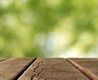在国家风景的木桌 图库摄影