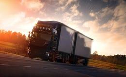 在国家高速公路的卡车 免版税库存照片