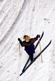 在国家(地区)交叉女性滑雪者之上 库存图片