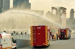 在国庆节游行排练期间的新加坡民防力量(SCDF)压缩空气泡沫引擎喷洒的水注2013年 图库摄影