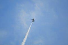在国庆节游行(NDP)排练期间的新加坡空军队(RSAF) F-16空中分列式共和国2013年 库存图片