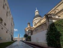 在国旗纪念Monumento Nacional的Pasaje Juramento和大教堂la班德拉-罗萨里奥,圣菲,阿根廷 免版税图库摄影