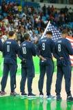 在国歌期间的Eam美国在小组A在里约的队美国和澳大利亚之间的篮球比赛前2016年 免版税图库摄影