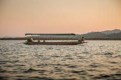在国民,横跨Songkhalia河, Sangkhlaburi,北碧,泰国的小船中放松 库存图片