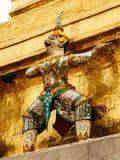 在国王宫殿,曼谷,泰国墙壁上的监护人神  免版税库存图片