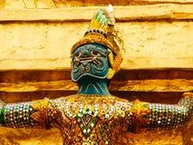 在国王宫殿,曼谷,泰国墙壁上的监护人神  免版税图库摄影