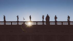 在国立图书馆Biblioteca在圣马克` s正方形,威尼斯,意大利的Nazionale Marciana现出轮廓尖顶门面  免版税库存图片