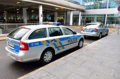在国际布拉格aiport的两斯柯达警车 库存图片