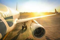 在国际机场终端门的飞机准备好起飞 免版税库存照片