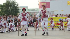 在国际民间传说节日的罗马尼亚传统舞蹈 股票录像