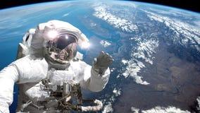 在国际空间站之外的宇航员在空间行走 在背景的地球 库存例证