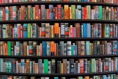 在图书馆不同的语言的书架 免版税库存图片