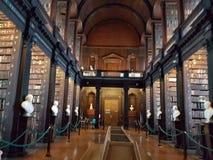 在图书馆书人biblioteca Dublino都伯林里面10月里面的三位一体学院 图库摄影