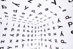 在图书馆或学校里面室的许多英国信件有字母表标志的在墙壁和天花板上 知识的概念 图库摄影