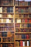 在图书馆的架子的古色古香的书 库存照片