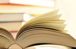 在图书馆表的书 免版税库存照片
