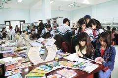 读在图书馆里的学生 免版税库存照片