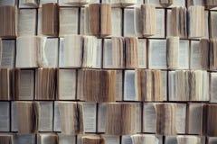 在图书馆int里打开书、抽象迷离和defocused书架 免版税库存图片