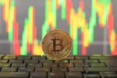 在图和金币,特写镜头的Bitcoin率 免版税库存照片