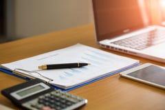 在图图和图表业务报告的笔与金钱, comp 免版税库存照片