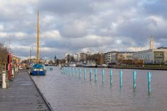 在图尔库航行在气氛河的码头的船 免版税库存图片