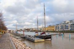 在图尔库航行在气氛河的码头的船 库存照片