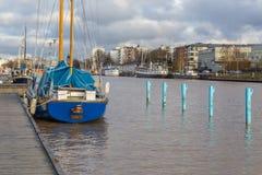 在图尔库航行在气氛河的码头的船 免版税图库摄影