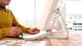 在图形输入板的年轻创造性的商人图画 影视素材