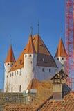 在图恩城堡和瓦片屋顶的看法在瑞士 免版税库存图片