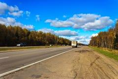 在图拉和莫斯科之间的辛菲罗波尔高速公路 库存图片