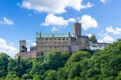 在图林根州的瓦尔特堡城堡在蓝天 免版税库存图片