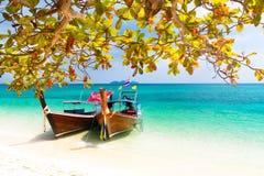 在一个热带海滩的木小船。 免版税库存图片