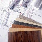 在图纸顶部的木色板显示指南 图库摄影