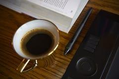 在图表设计师桌上的咖啡 免版税库存图片