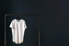 在图象白色空的T恤杉的左零件有短的袖子的在挂衣架 库存照片