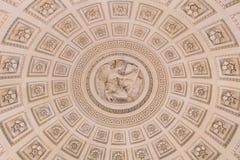 在圆屋顶里面,与圆顶的华丽天花板 免版税库存图片