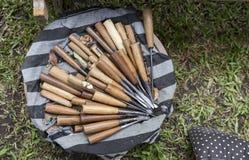 在圆形木尝试盖子的木雕刻的工具有黑白布料的 免版税库存照片