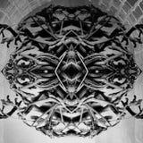 在圆形的抽象黑暗的黑白纹理;形成在对称妖怪面孔 库存图片