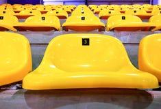在圆形露天剧场的黄色椅子 图库摄影