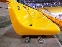 在圆形露天剧场的黄色椅子 免版税库存图片