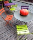 在圆桌上的南瓜在木露台 库存图片