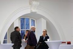 在圆桌会议讨论的咖啡休息在第4个圣彼德堡国际文化论坛期间 图库摄影