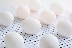 在圆点织品的白鸡蛋 免版税库存图片