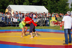 在圆环的摔跤手战斗 免版税库存照片