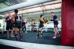 在圆环的训练泰国拳击在健身房 库存照片