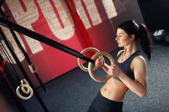 在圆环的Crossfit锻炼 免版税库存照片