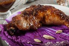 在圆白菜叶子的teriyaki调味汁烘烤的鸡 库存照片