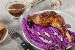 在圆白菜叶子的teriyaki调味汁烘烤的鸡 免版税库存图片